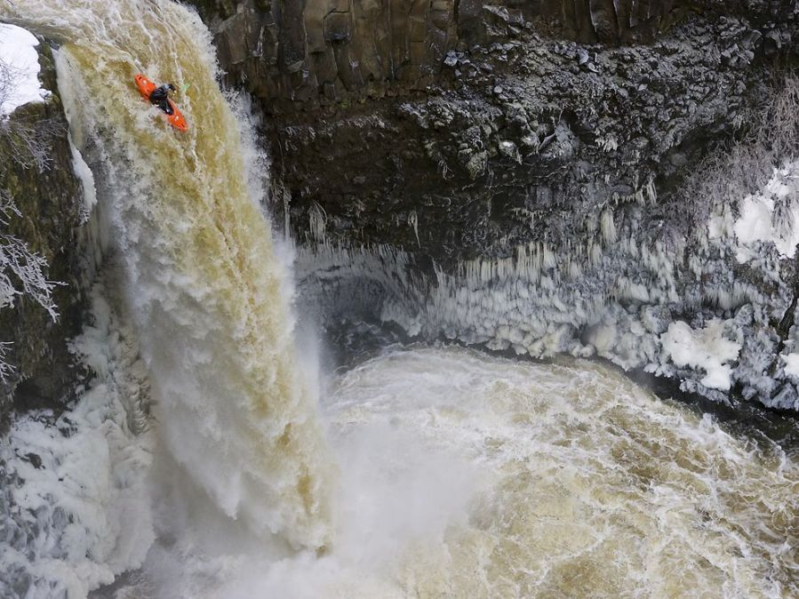 outlet-falls-kayaker_52776_990x742